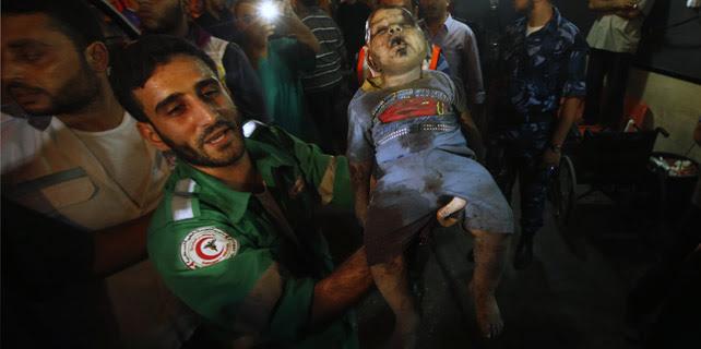 Un hombre porta el cuerpo de la niña de dos años abatida por el fuego israelí este martes, en la franja de Gaza. REUTERS/Mohammed Salem