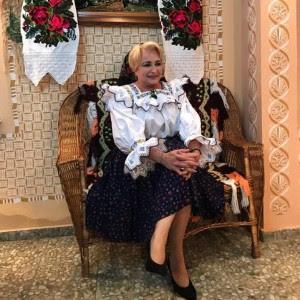 Viorica Vasilica Dăncilă în costum popular tirolez, așa cum poartă toți ăîranii în Teleormanul de unde provine noul premier al României.