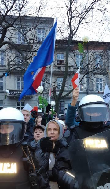 Un grupo europeísta protesta contra la marcha del Gobierno fuertemente protegido por la policía.