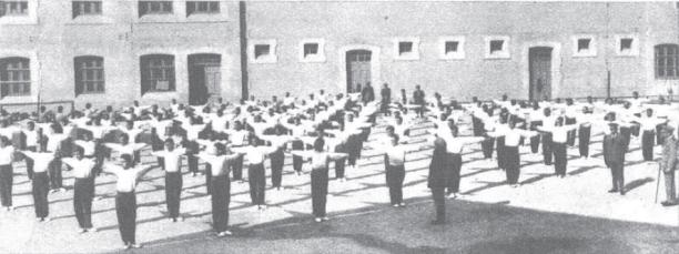 vista interior patio Reformatorio Adultos_gimnasia sueca_Alicante 1931_Mndo Gráfico