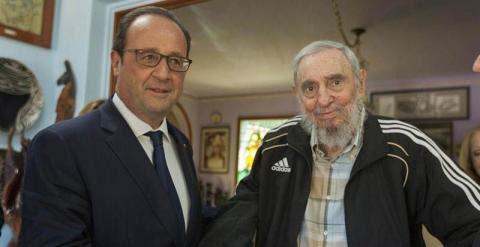 Hollande y Fidel Castro se saludan al inicio de su histórico encuentro. / EFE
