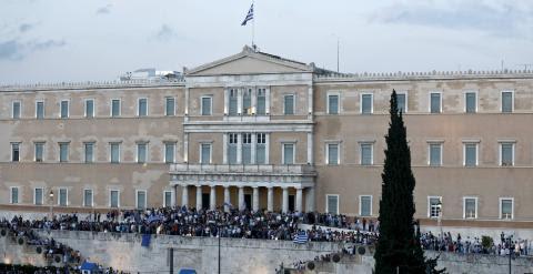 Miles de personas se han concentrado junto al Parlamento griego, en la plaza Syntagma de Atenas, a favor de la permanencia del país en la zona euro. REUTERS/Alkis Konstantinidis