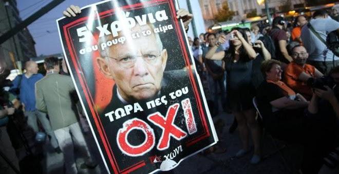 """Uno de los carteles con los que Syriza hizo campaña por el """"no"""" llevaba impresa la cara del alemán Schäuble, muy impopular en Grecia. Kay Nietfeld (EFE)"""