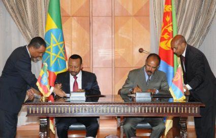 Il Presidente eritreo Isaias Afewerki e il Primo Ministro etiope Abiy Ahmed il 9 luglio 2018 firmano la Dichiarazione congiunta di Pace e Amicizia tra Eritrea ed Etiopia. Foto: Yemane Gebremeskel via Wikimedia Commons.
