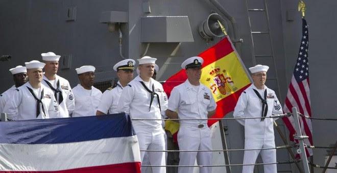 """Parte de los 338 miembros de la tripulación del """"USS Carney"""", el último destructor arribado a Rota (Cádiz)  y que integra el escudo antimisiles de la OTAN. EFE/Román Ríos."""