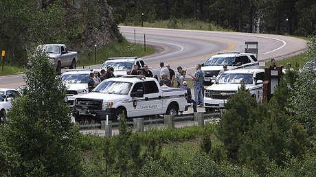 VIDEOS: Agentes se enfrentan a los manifestantes que bloquearon con vehículos el camino al icónico Monte Rushmore antes de un evento con Trump