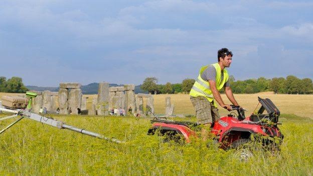 Arqueólogos buscam pedras próximo a Stonehenge (Foto: BBC)