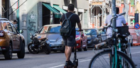 MONOPATTINI: STOP AL CAOS, GENOVA INTRODUCE L'OBBLIGO DI CASCO E IL LIMITEVELOCITA' A 20 KM/H