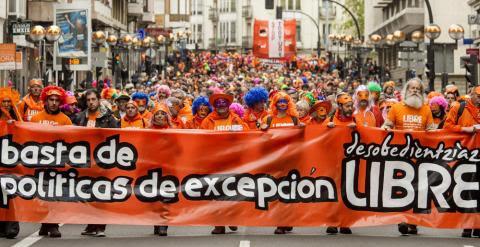 """Imagen de la """"marcha naranja"""" de apoyo a los siete jóvenes condenados a seis años de prisión """"por integración en banda armada"""" debido a su pertenencia a la organización juvenil Segi, declarada ilegal. EFE/David Aguilar"""
