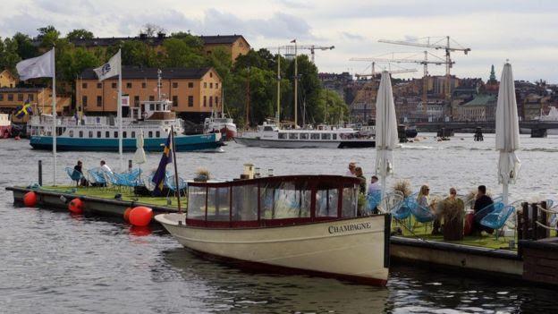 Marina com restaurantes e barcos na Suécia