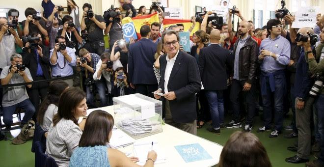 El president de la Generalitat, Artur Mas, antes de depositar su voto en su colegio electoral en Barcelona. REUTERS/Andrea Comas