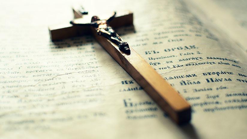 Una pareja denuncia que un sacerdote arruinó el funeral de su hijo suicida