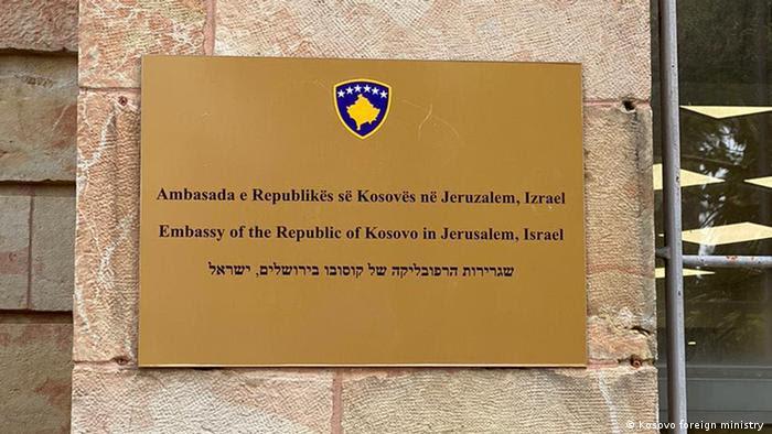 Embajada de la República de Kosovo en Jerusalén, Israel, dice la placa en la entrada de la sede diplomática