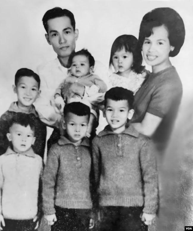 Gia đình cố Đại tá Nguyễn Tuấn (tất cả đều bị sát hại, trừ ông Nguyễn Từ Huấn-đứng giữa; ảnh chụp năm 1967). (Hình- Nguy