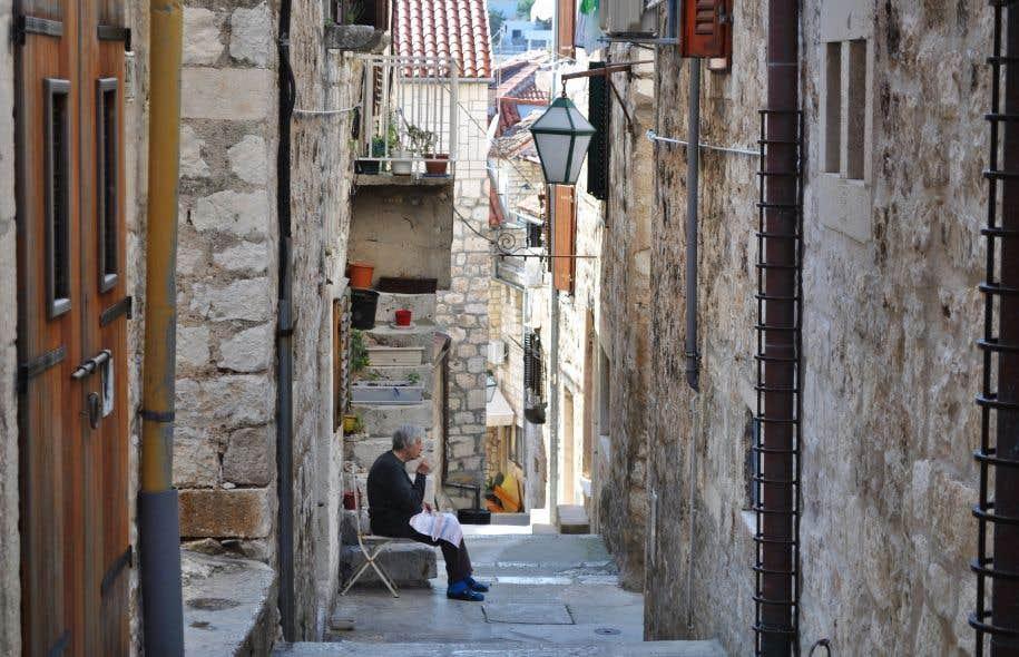 La ville de Split est un labyrinthe à échelle humaine, tantôt à ciel ouvert, tantôt fermé, agrémenté de nombreuses marches et de ruelles étroites.