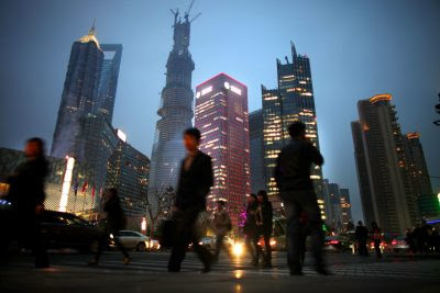 People walk along a busy street at Pudong financial district in Shanghai, March, 2013 (Photo: Reuters/ Barria).