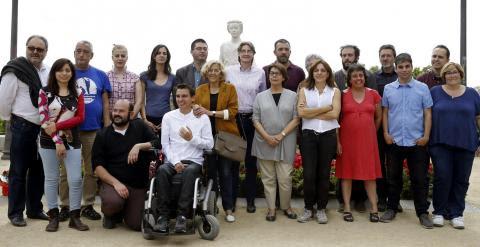 La candidata a la Alcaldía de la capital por Ahora Madrid, Manuela Carmena, posa junto a las 20 primeras personas de su lista, en el Mirador de la Cornisa, en Madrid. EFE/Juan Carlos Hidalgo