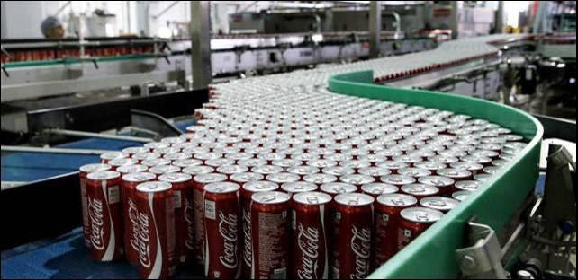 Latas de Coca-Cola en una fábrica embotelladora.