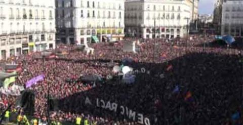Miles de personas abarrotan la Puerta del Sol. /PÚBLICO