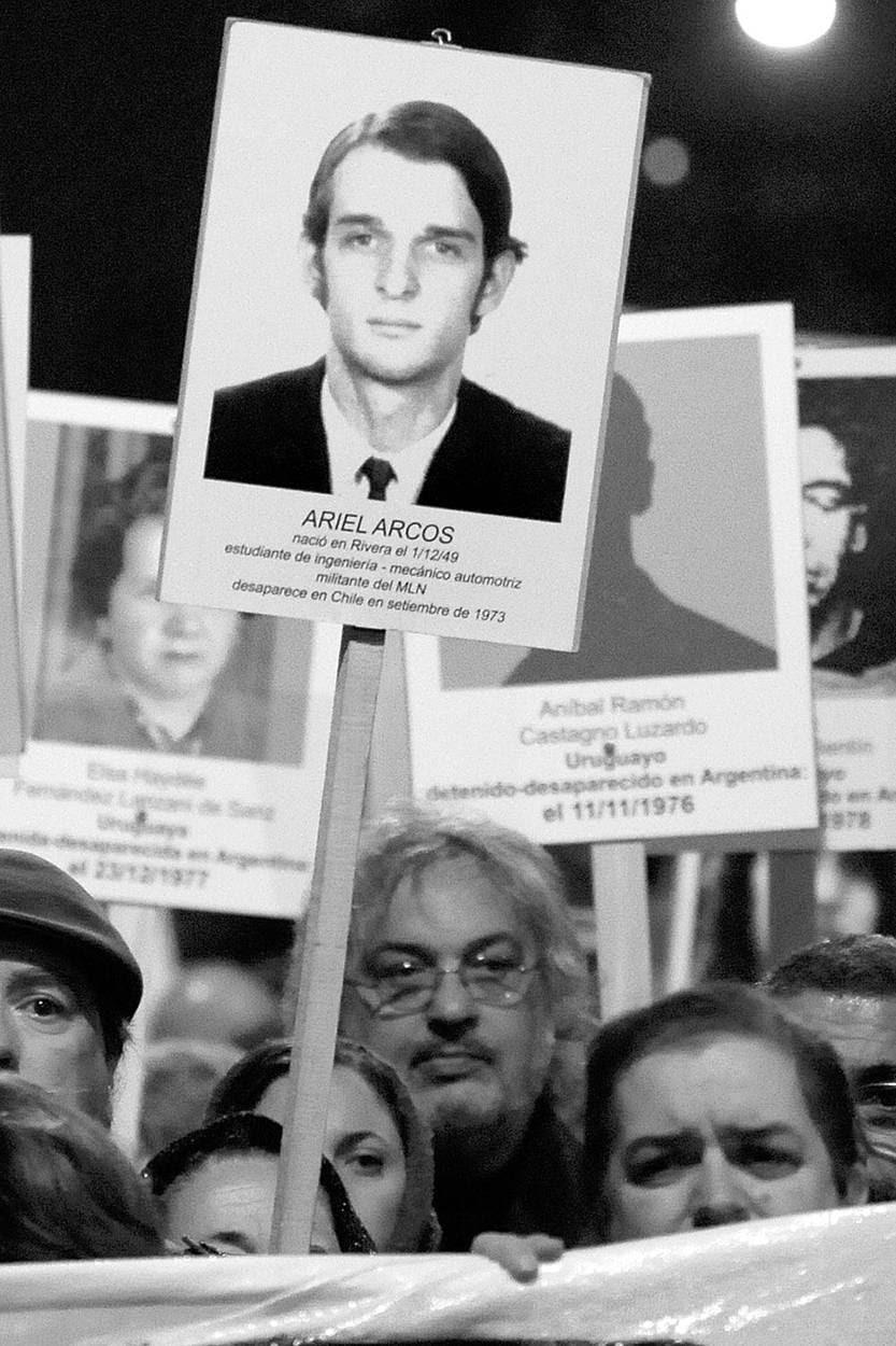 Una fotografía de Ariel Arcos, desaparecido en Chile, en la Marcha del Silencio en Montevideo. Foto: Nicolás Celaya (archivo, mayo de 2013)