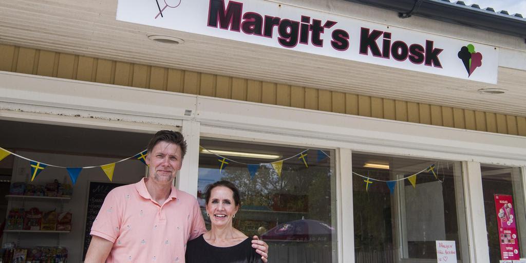 Joakim Lacking och Malin Nordström utanför Margits kiosk i Haverdal. Foto: Roger Larsson