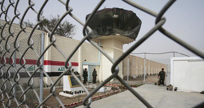 Guardias están parados en la entrada de la prisión de Abu Ghraib renovada, imagen de archivo