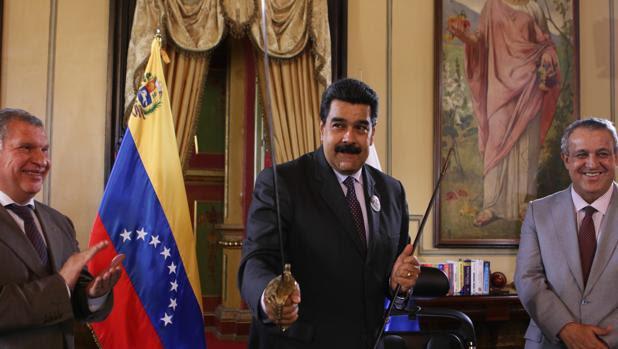 Fotografía difundida por el Palacio de Miraflores del presidente Maduro durante un encuentro con el presidente de PDVSA (d) y la petrolera rusa Rosneft (i)
