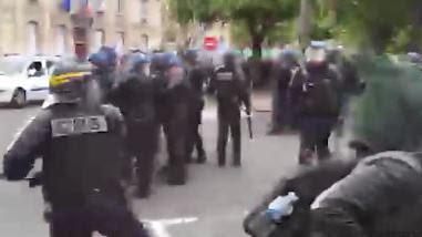 VIDEO. Manifestation contre la loi travail : un CRS donne un coup de matraque sur la tête d'un manifestant