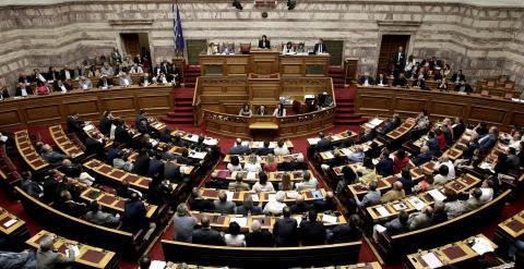 Vista general del hemiciclo del Parlamento griego durante la sesión extraordinaria para debatir sobre el referendum convocado por el  primer ministro Alexis Tsipras sobre el rescate. EFE/EPA/SIMELA PANTZARTZI