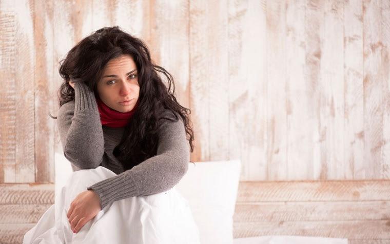 Mujer cansada síntoma de deficiencia de hierro con anemia