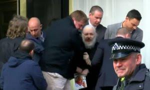 Julian Assange, con un libro de Gore Vidal en la mano, en el momento de su detención, en Londres.