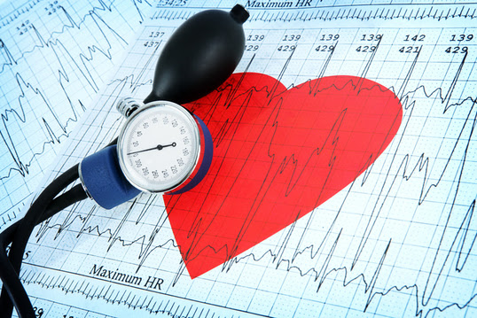 imagen de un corazón sobre un electrocardiograma