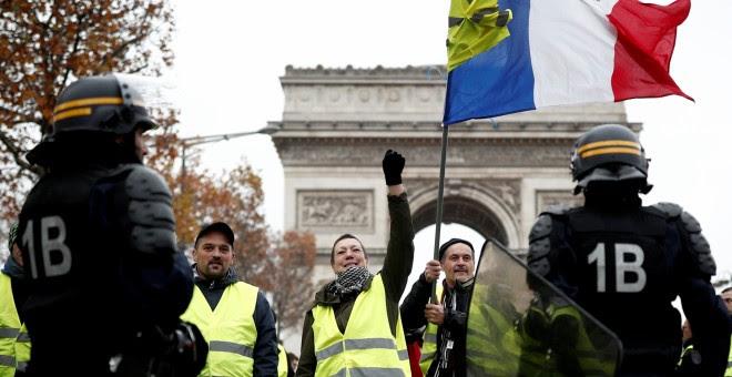 Mnifestantes del movimiento de los 'Chalecos amarillos' protestan en París contra la subida de los precios del carburante anunciada por Macron. Benoit Tessier/REUTERS