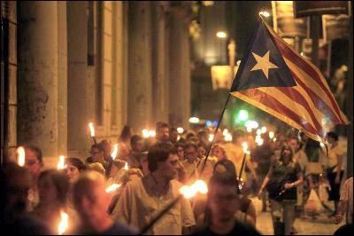 Centenares de personas marchan con antorchas en Barcelona la víspera de la Diada.