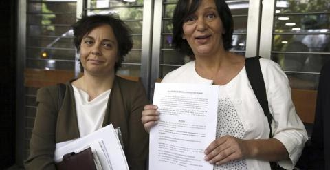 Carolina Bescansa y la abogada Gloria Elizo. EFE