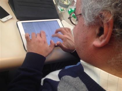 Jorge Fernandes mostra como funciona o teclado braile do iPad