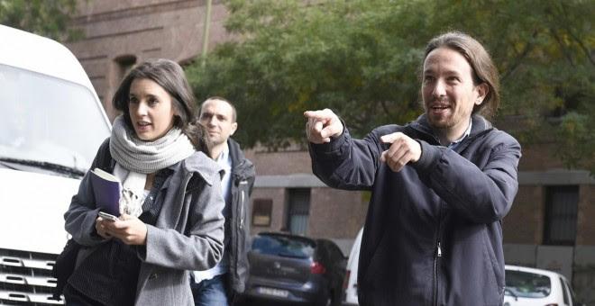 El secretario general de Podemos, Pablo Iglesias, junto a la secretaria de Coordinación de Areas, Irene Montero, a su llegada al acto de presentación del equipo de campaña para el 20-D. EFE/Fernando Villar
