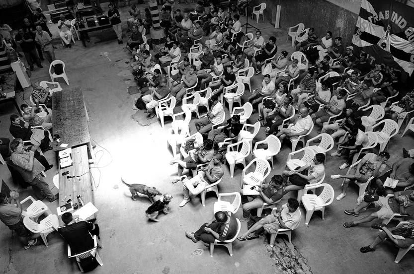 Reunión de los trabajadores de la cooperativa La Minga, el viernes, en la planta de la ex fábrica de Bao, ubicada en el barrio La Teja de Montevideo. Foto: Alessandro Maradei