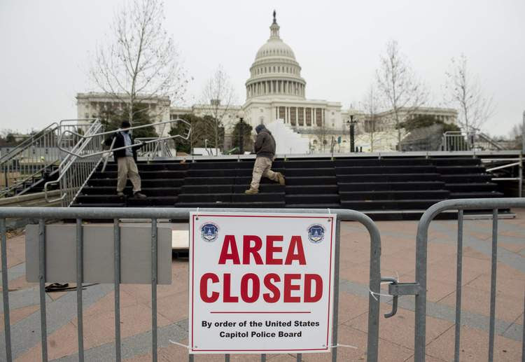 Workers prepare for the Inauguration. (Saul Loeb/AFP/Getty Images)</p>