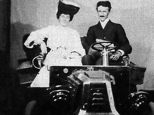 Ford ilk motorlu aracı ile gösteriş yaparken yanına giden Tesla bu kadar büyük bir motora gerek olmadığını anlatmış fakat Ford kendini fazla üstün gördüğü için Tesla'yı dinlememiş; bunun üzerine Tesla, ateşleme sistemini icat etmiş ve Ford'a bunu göstermek zorunda kalmıştır.