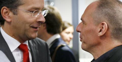 El presidente del Eurogrupo y ministro de Finanzas holándes, Jeroen Dijsselbloem, con el ministro de Finanzas griego, Yanis Varoufakis, en la reunión del Mecanismo Europeo de Estabilidad (el festor del fondo de rescate de la UE). REUTERS/Francois Lenoir