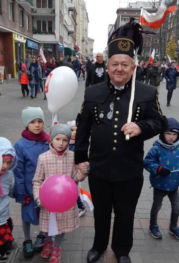 Abuelo y nietos en las calles de Varsovia el día de la independencia.