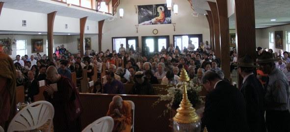Phật tử và đồng bào các giới tham dự trong Chánh điện chùa Pháp Luân