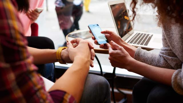 Mulheres e homens consomem notícias de forma diferente, mostra relatório
