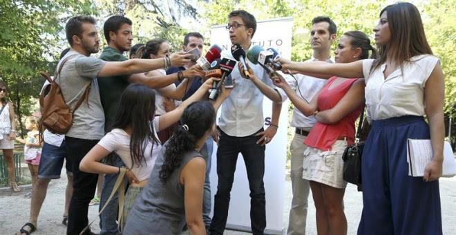 El secretario político de Podemos, Íñigo Errejón, atiende a los medios a su llegada a la inauguración de los cursos de verano del partido, hoy en la Universidad Complutense, en Madrid. EFE/Chema Moya