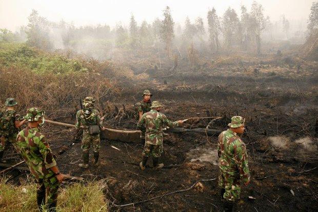 Indonezyjscy żołnierze dogaszają torfowisko
