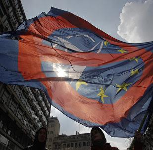 Una bandera contra la coperación de la OTAN y la UE