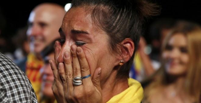 Una mujer llora al escuchar el discurso de Mas y Junqueras./ EFE
