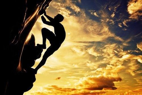 Hombre-subiendo-una-montaña