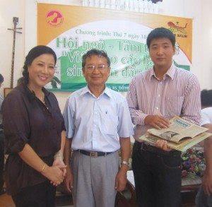 """Bà mẹ Hoàng Anh, Bs ĐHN và """"bé"""" Nguyên Giáp trong buổi Hội ngộ, Tâm tình về cuốn VCCBMSCĐL do HQCBM tổ chức tại nhà GS Trần Văn Khê (2012)."""